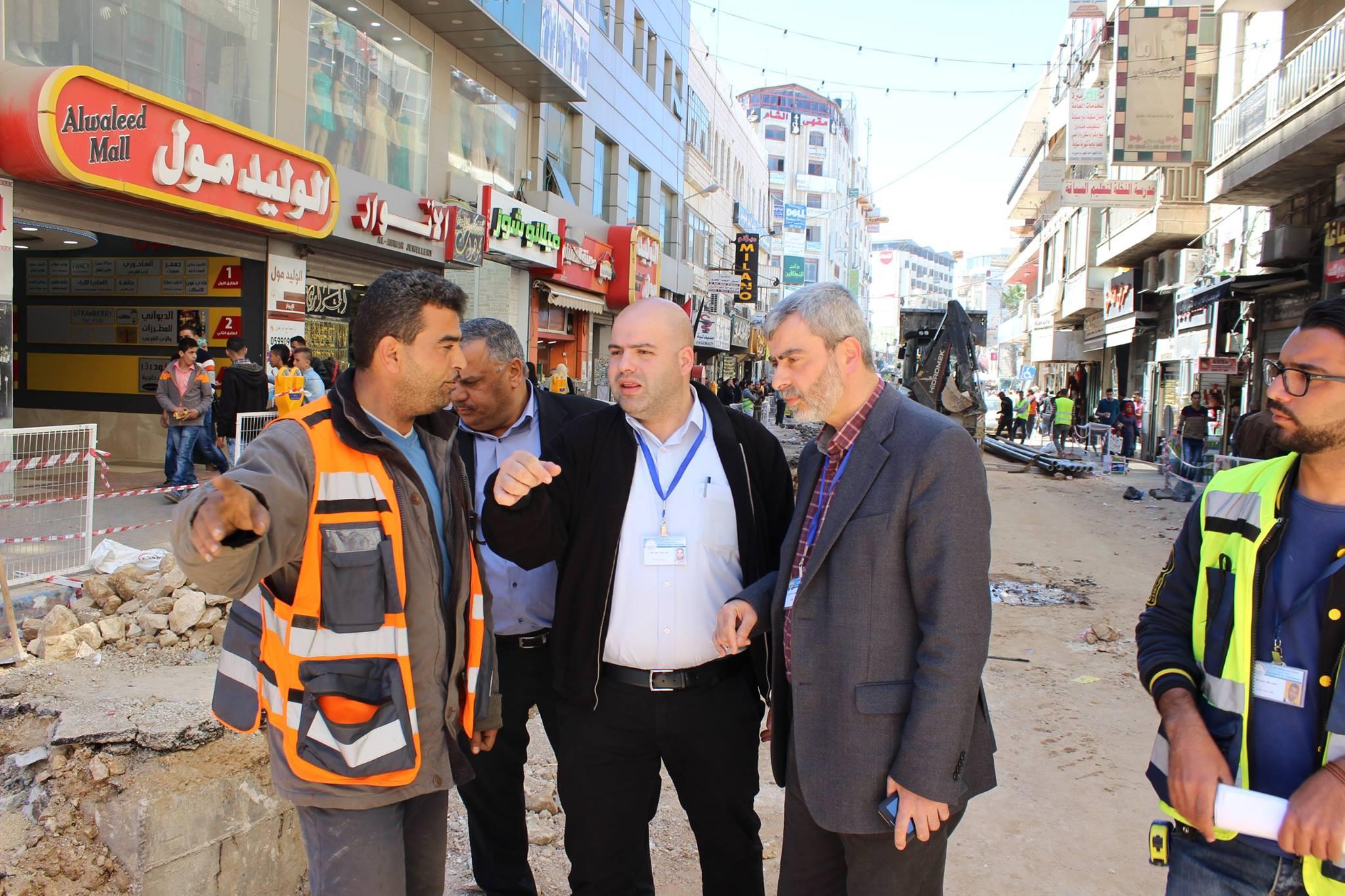 المصلحة تباشر بتنفيذ مشروع تمديد خط ناقل وتجديد شبكة المياه في شارع النهضة قرب المنارة