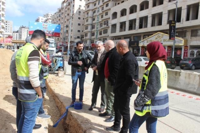 مصلحة مياه محافظة القدس تواصل أعمال تطوير وإعادة تأهيل شبكة المياه في شارع البيرة-القدس
